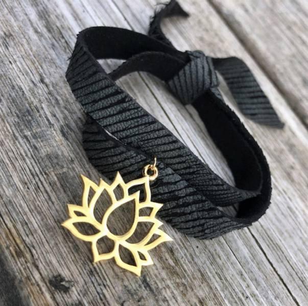skinnarmbånd med charm sort